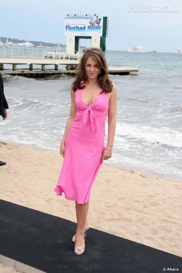 Même ses robes de plage se font sexy, moulantes et couleur tagada.