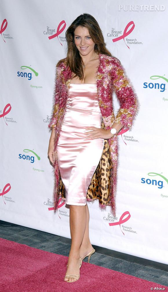 Rien ne fait peur à l'actrice qui ose la robe façon déshabillé avec une veste moumoute à dominante rose.