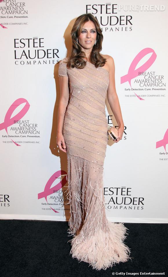 Lorsqu'elle mise sur la tendance déesse grecque, elle le fait en rose avec une robe en sequins et froufrous Blumarine.