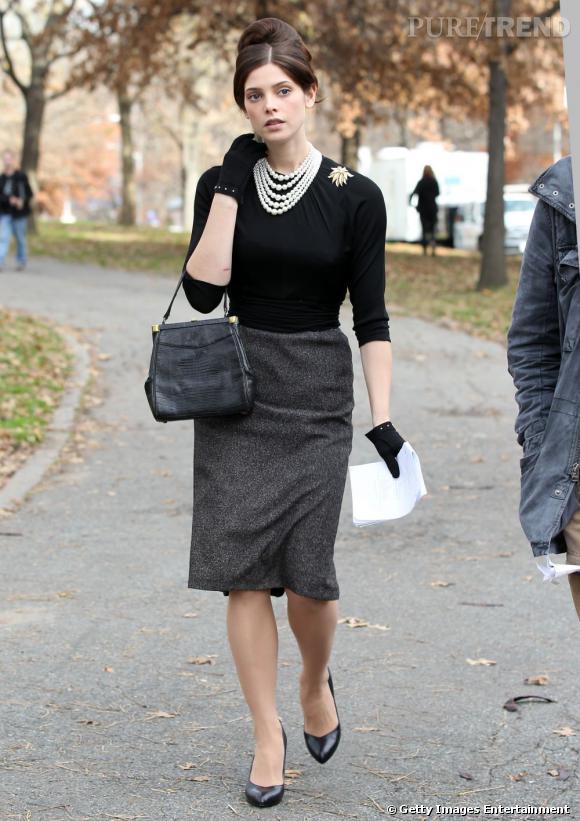 Chignon coqué et jupe en laine grise, Ashley Greene se donne des airs d'Audrey Hepburn.