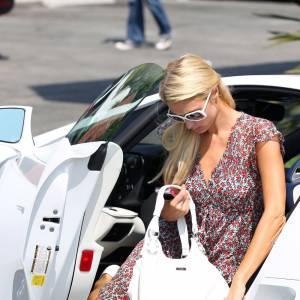 Paris Hilton accorde son bolide et ses lunettes. Encore une qui a le sens du détail.