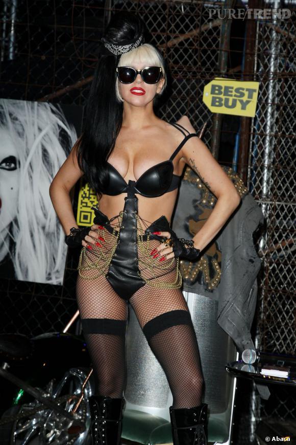 Lady Gaga, légèrement menaçante avec ses griffes et son attirail SM.