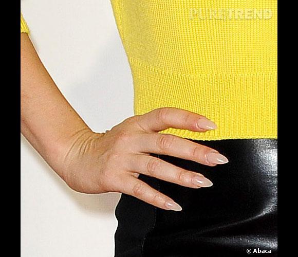 La chanteuse jette elle aussi son dévolu sur le nude pour ses ongles.