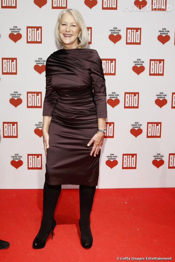 Helen Mirren n'a pas l'air libre de ses mouvements dans cette robe en satin drapé.