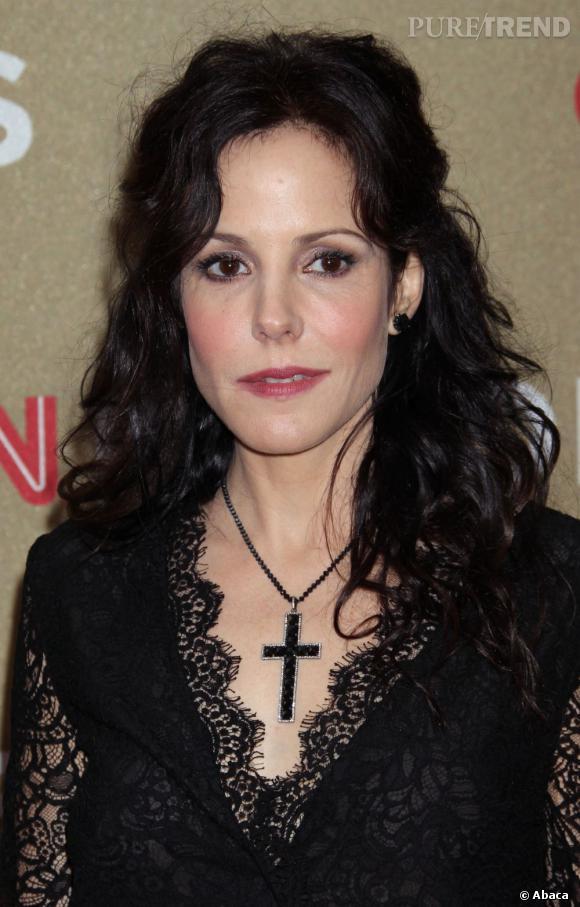 L'actrice rend son look encore plus gothique en arborant un gros crucifix noir autour du cou.