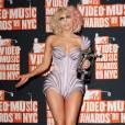Lady Gaga dans un body, ultra-lookée aux MTV Awards de 2009. La forme coquillage de son bustier laisse dépasser sa poitrine.