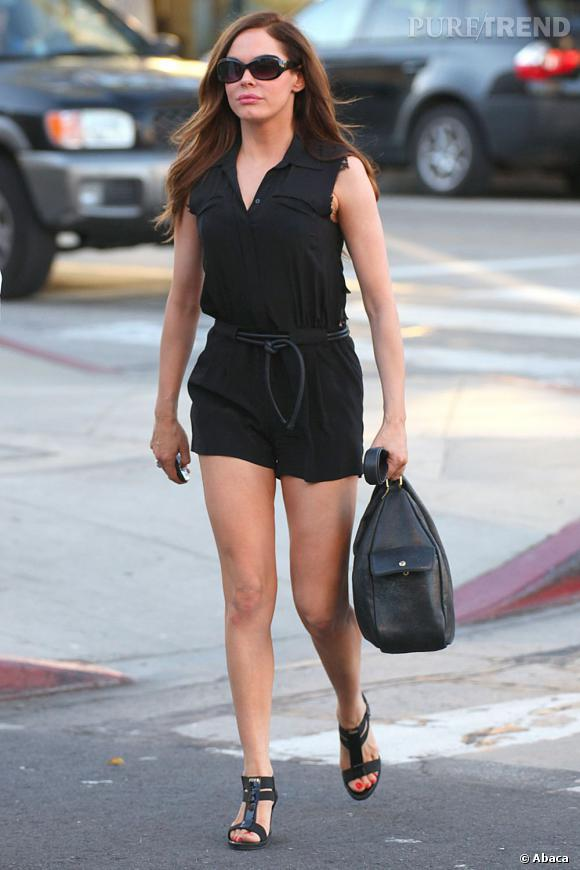 Rose McGowan en combishort dans les rues de Los Angeles.