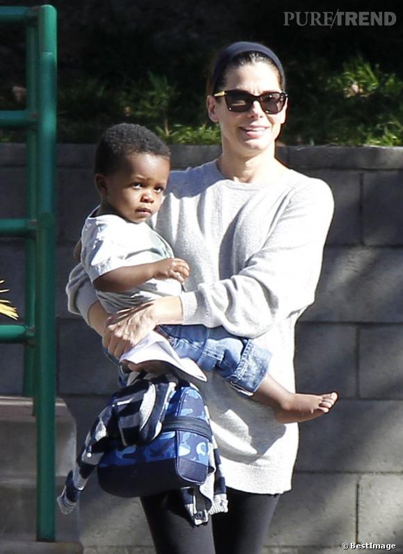 Sandra Bullock et son fils Louis dans les rues de Los Angeles.