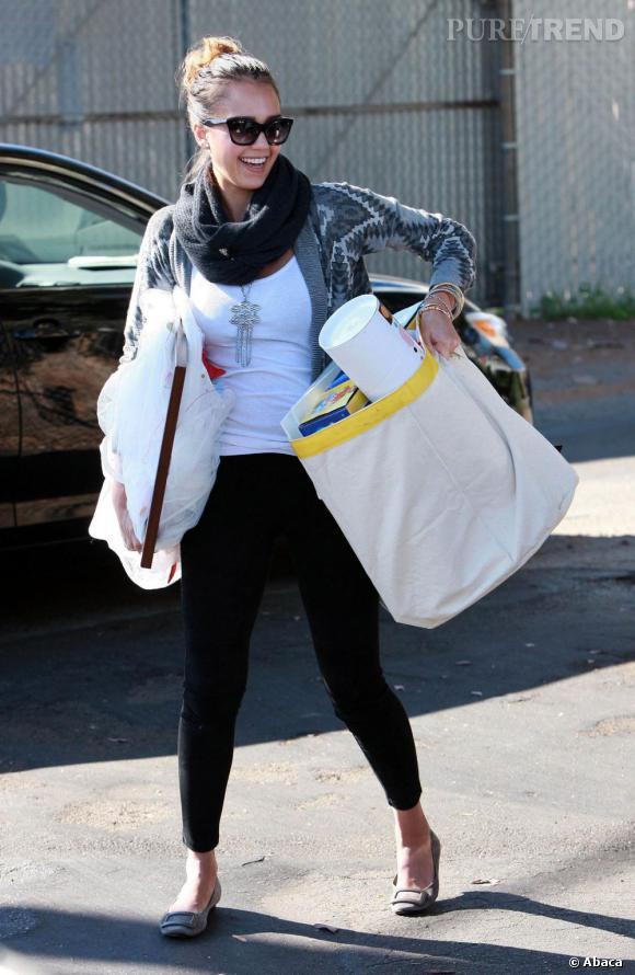 Jessica Alba dans les rues de Los Angeles charge sa voiture.