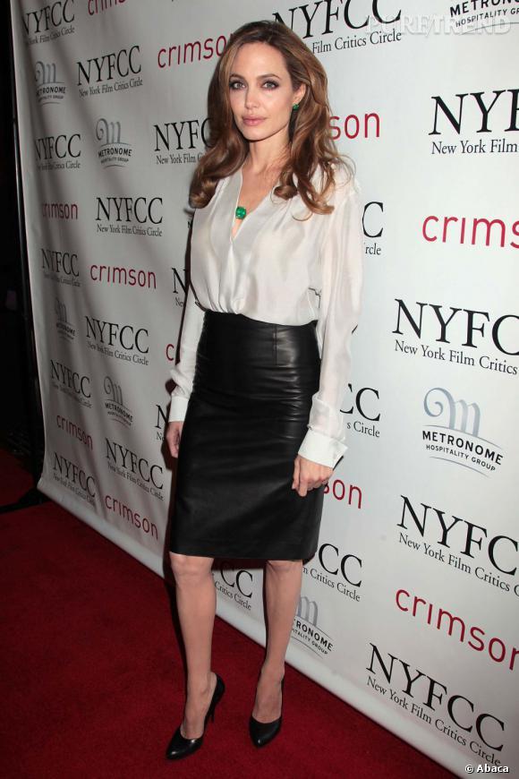 Angelina Jolie fait la différence en adoptant des bijoux vert émeraude pour contrebalancer un look un peu classique.