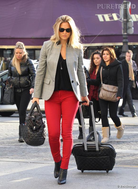Bar Refaeli, très chic dans les rues de Paris avec son pantalon rouge et blazer gris.