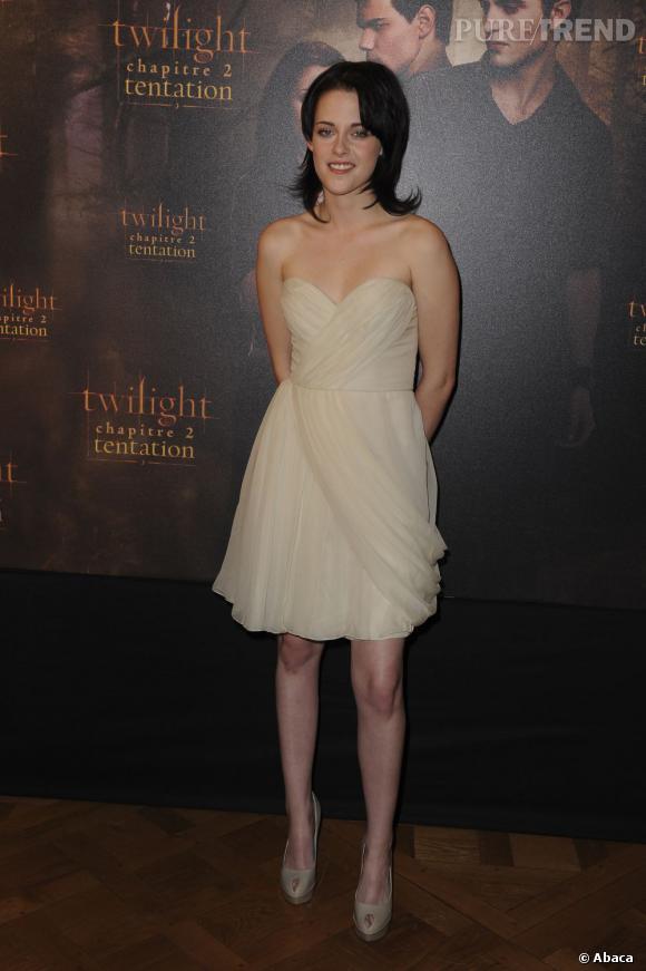 Avec sa coupe garçonne, l'actrice adoucit son image en enfilant une robe J.Mendel.