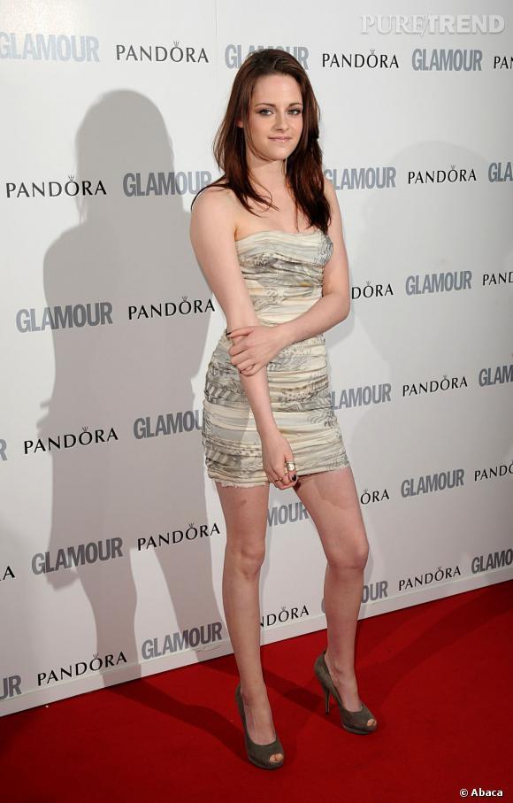Petite robe bustier, accessoirisation discrète et beauty look léger, Kristen impose son style.