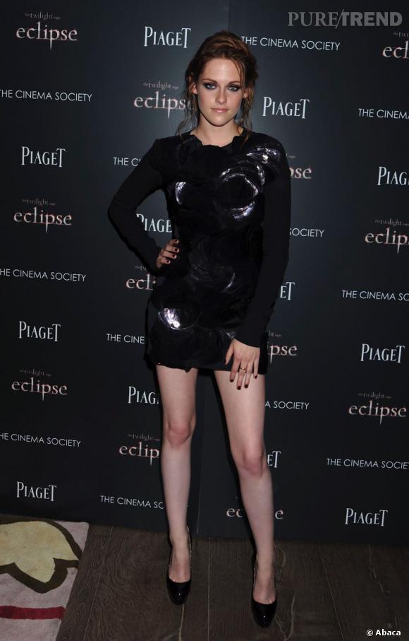 Une petite robe noire Rm by Roland Mouret aux détails de  coquillages lui permet de briller.