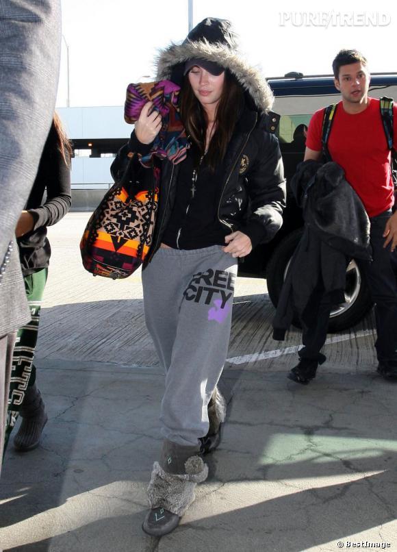 Megan Fox adopte un look sportswear très funky à l'aéroport de Los Angeles.