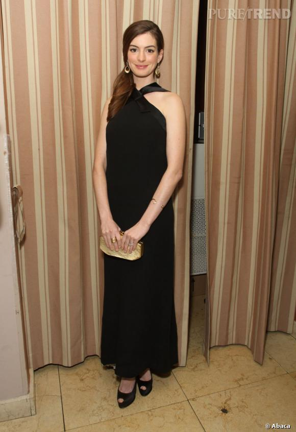 Anne Hathaway opte pour la simplicité avec cette robe longue noire.