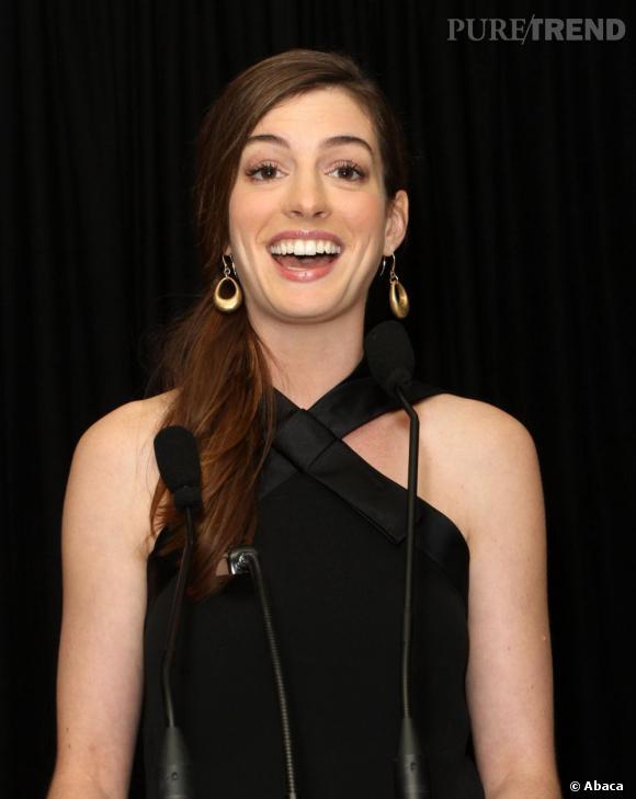 Beauty look discret, Anne Hathaway reste élégante.