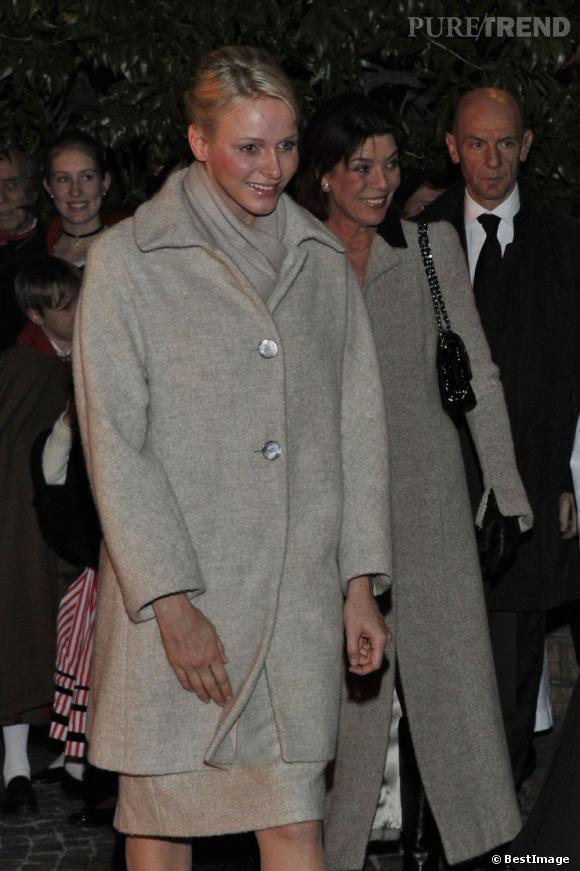 Charlene Wittstock, souriante et élégante dans son long manteau gris.