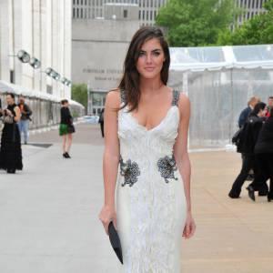 Chic mais sexy, la jeune femme et ses courbes font des ravages en robe Carolina Herrera.