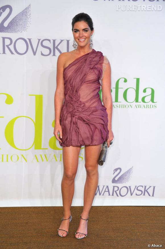 Hilary Rhoda sait également jouer sur une registre plus sexy comme ici avec une robe one-shoulder drapée.