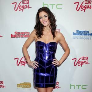 Pour mettre ses courbes en valeur rien de mieux qu'une petite robe futuriste façon boule à facettes Versace.