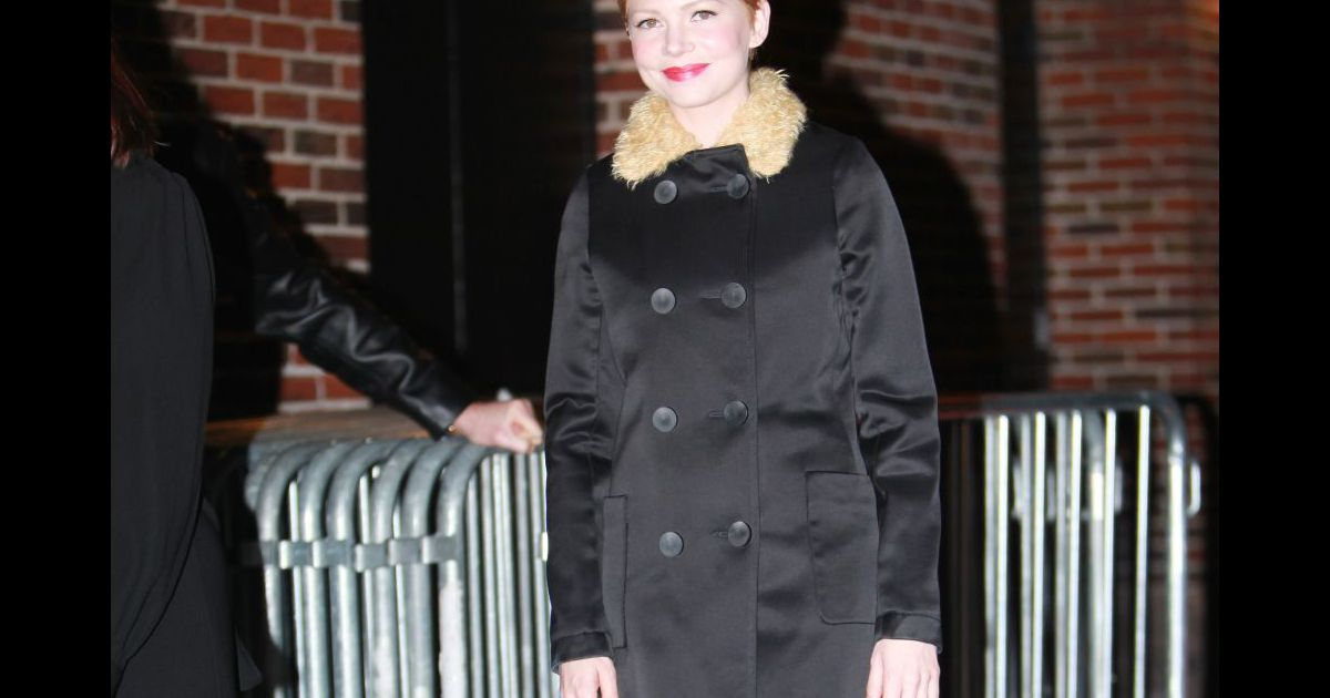 michelle williams dans les rues de new york porte un. Black Bedroom Furniture Sets. Home Design Ideas