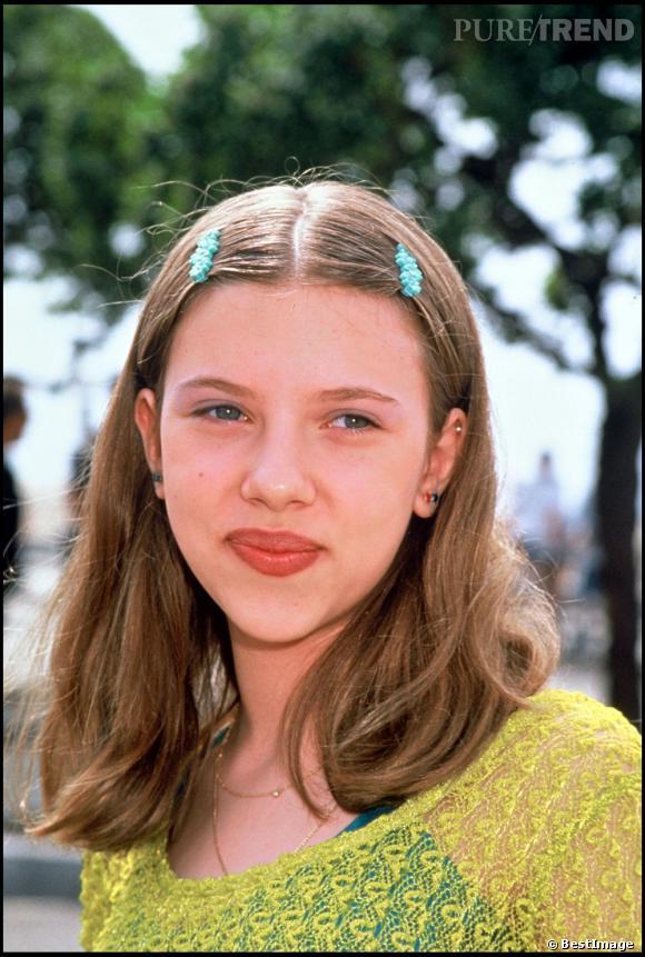 Scarlett Johansson commence sa carrière avec des barettes et sa couleur naturelle : châtain.