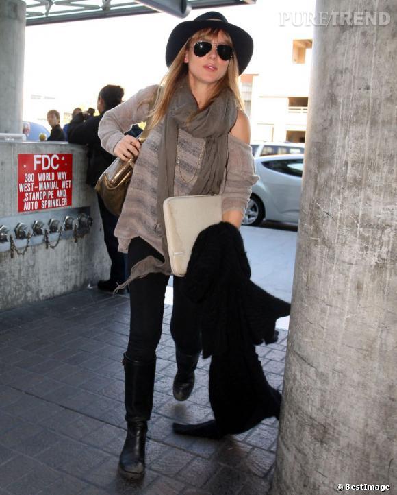 Elsa Pataky opte pour un look débraillé chic à l'aéroport de Los Angeles.