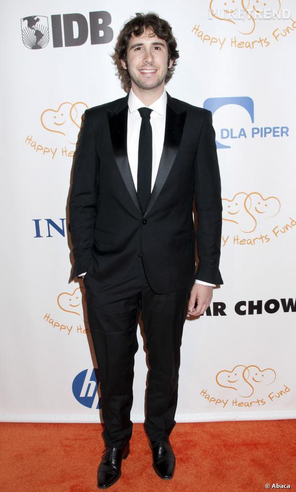 Josh Groban fait une apparition remarquée comme jury d'un concours de chant dans la série Glee.