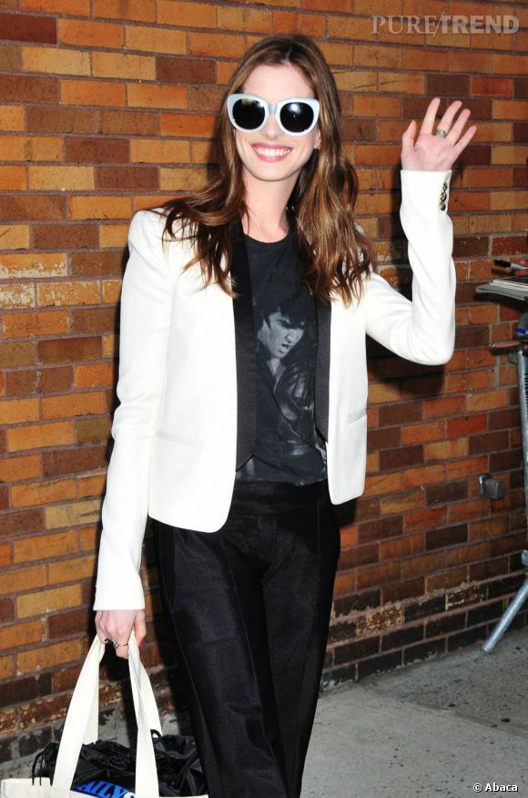 Anne Hathaway sera certainement la prochaine guest à apparaître dans la série. La star devrait jouer la tante lesbienne du personnage de Kurt Hummel. On a hâte de voir ça...