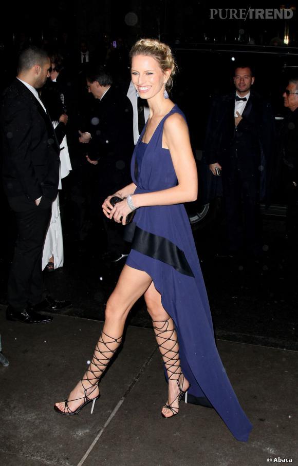 Karolina Kurkova lace ses gambettes dans des sandales Sergio Rossi.