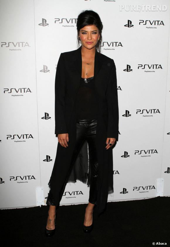 """L'actrice mise sur une allure sexy et dark avec un pantalon en cuir et un top au décolleté canaille. Dommage qu'elle égratigne son apparition avec une veste """"queue-de-pie"""" en tissu."""