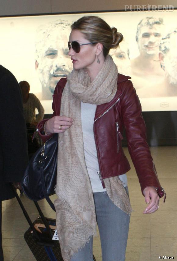 Rosie Huntington-Whiteley à l'aéroport d'Heathrow à Londres.