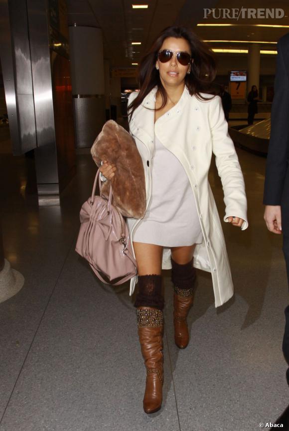 D'habitude habituée aux looks sexy, Eva Longoria flirte cette fois ci avec le flop en mixant bottes et chaussettes. L'erreur est humaine.