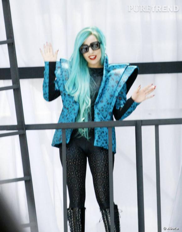 Cheveux bleus et veste hyper-structurée, la vision du futur de Lady Gaga...