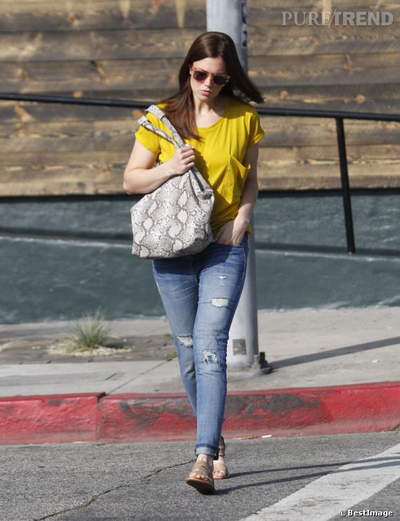 Mandy Moore mixe les tendances pour un street style impeccable.