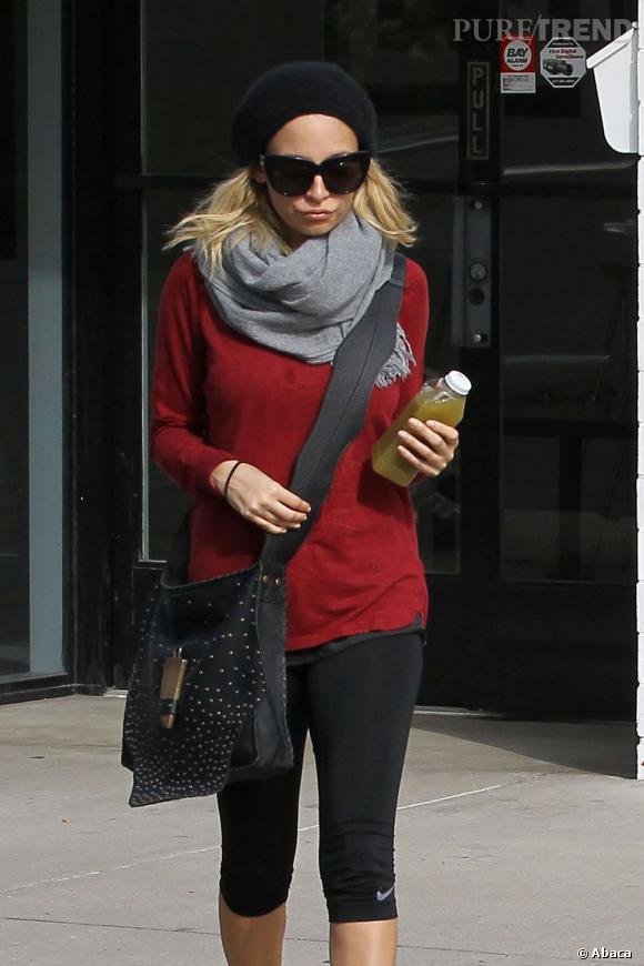 Nicole Richie opte pour un uniforme sportif avec des accessoires stylés.