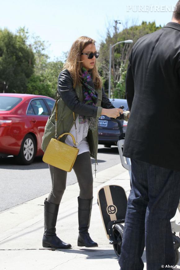 Jessica Alba dans les rues de Los Angeles.