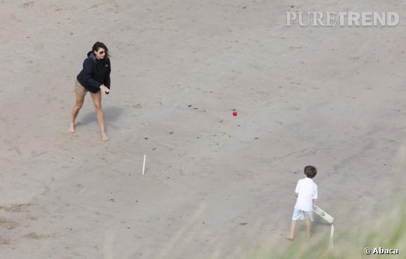 Les vacances :   sur les côtés britanniques, Samantha Cameron est comme tout le monde. Et joue à des jeux en famille sur la plage.