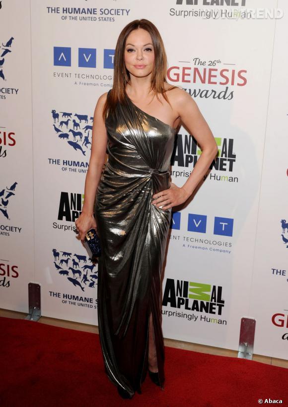 Rose McGowan opte pour une robe Alberta Ferretti très métallique.