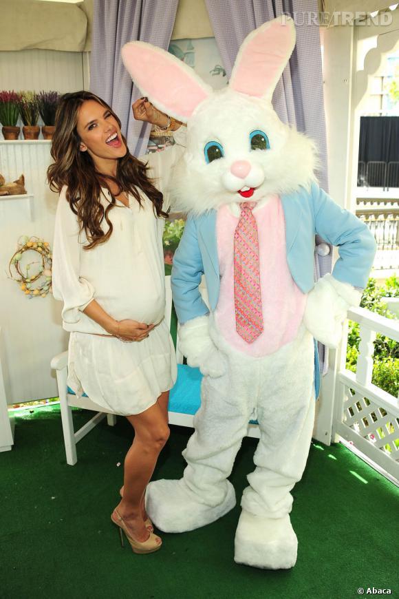 Alessandra Ambrosio charme tout le monde, même le lapin de Pâques.