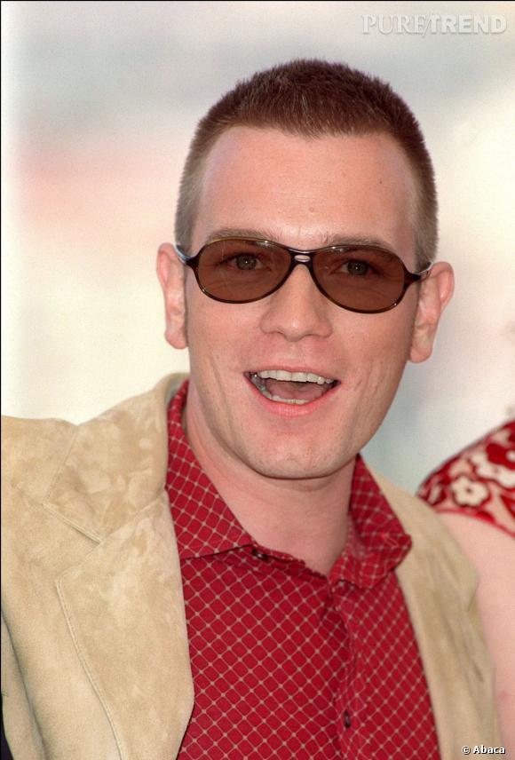 2001, à Cannes Ewan McGregor affiche un style très... personnel en veste de velours et chemise à carreaux rouge. On ne parle même pas des lunettes et de la coupe brosse.