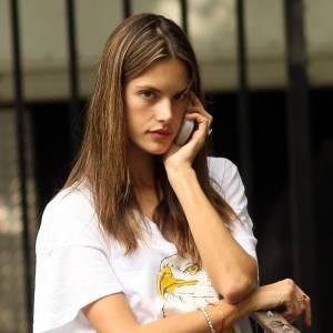 Alessandra Ambrosio sans les fastes de Victoria's Secret.