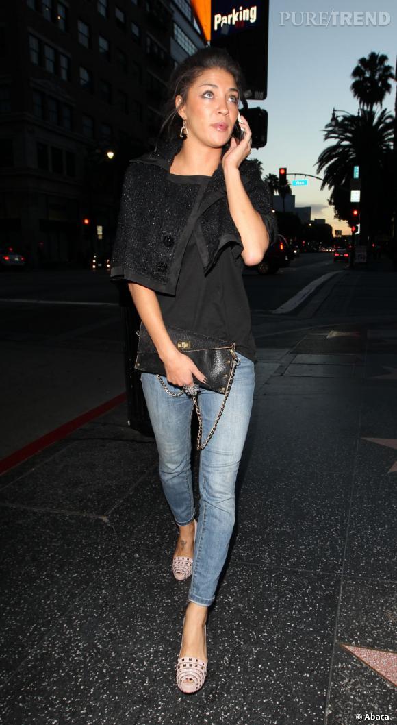 Jessica Szohr choisit un uniforme casual qu'elle mixe avec des accessoires plus chic.