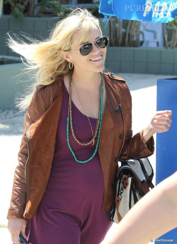Reese Witherspoon sort d'un restaurant à Los Angeles.