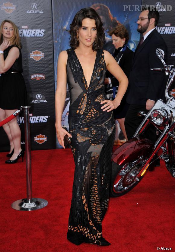 Cobia Smulders mise sur une longue robe Donna Karan de la collection Printemps-Été 2012.
