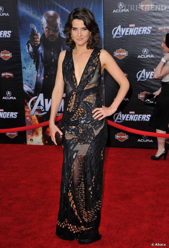 Cobia Smulders peaufine sa tenue avec une minaudière Judith Leiber.