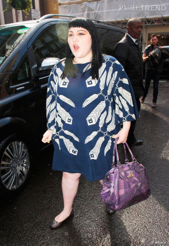 Beth Ditto ne se met pas du tout en valeur dans une large robe bleue.