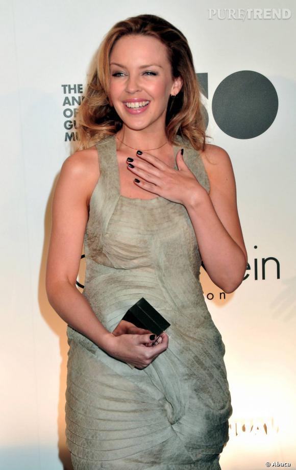Kylie Minogue s'affiche avec une minaudière miroir, pratique pour un raccord maquillage.