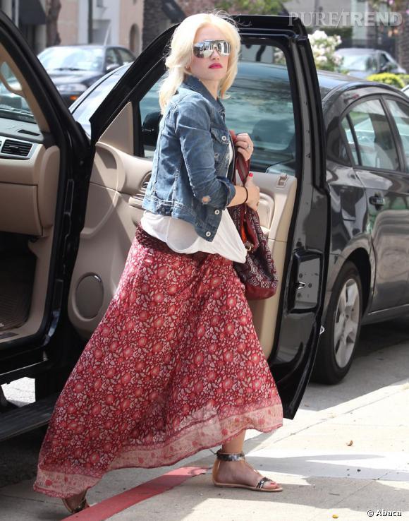 Toujours un peu bling-bling, Gwen Stefani adopte les lunettes masque.